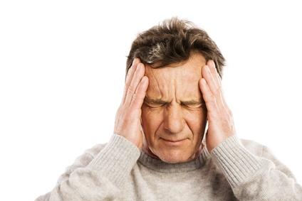 älterer Mann mit Kopfschmerzen