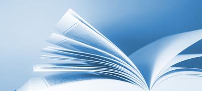 Seitenansicht eines aufgeschlagenen Buches