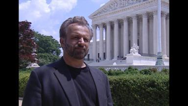 George Carlo vor einem Gerichtsgebäude