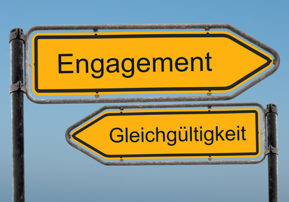 """Wegweiser mit den Begriffen """"Engagement"""" und """"Gleichgültigkeit"""""""