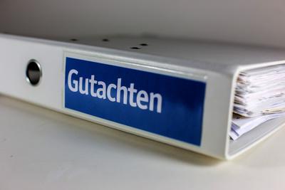 """Ordner mit Aufschrift """"Gutachten"""""""