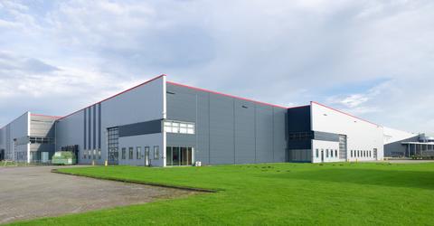 Seitenansicht eines Industriegebäudes