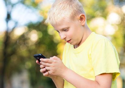 Junge bedient ein Smartphone