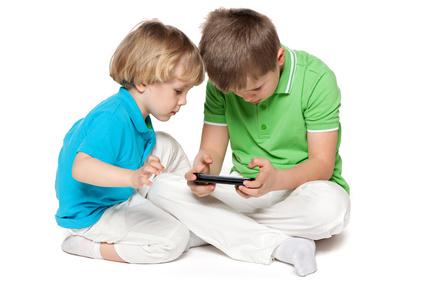 zwei kleine Jungen spielen mit einem Smartphone