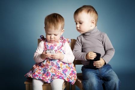Kleinkinder mit Smartphones