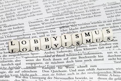 """Das Wort """"Lobbyismus"""" mit Buchstabenwürfeln dargestellt"""