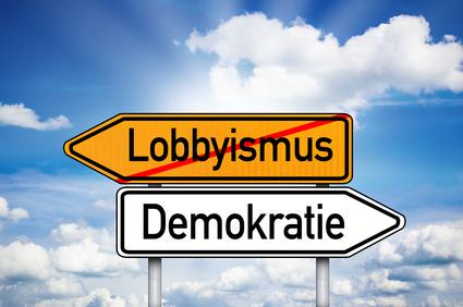 """Wegweiser mit den Begriffen """"Lobbyismus"""" und """"Demokratie"""""""