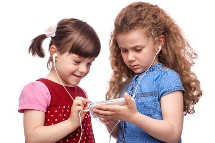 zwei Mädchen hören Musik mit dem Smartphone