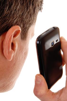 Mann mit Handy nahe am Kopf