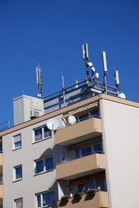 Mobilfunksender auf Mehrfamilienhaus