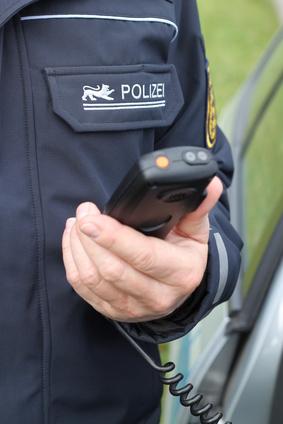 baden-württembergischer Polizist mit Fahrzeugfunkgerät