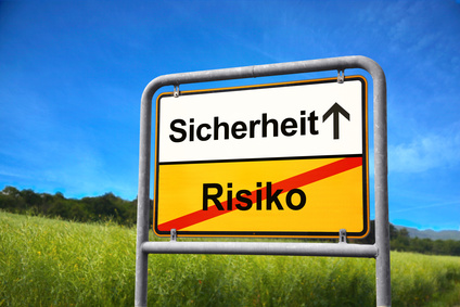 """Straßenschild Ortsende mit den Aufschriften """"Risiko"""" und """"Sicherheit"""""""
