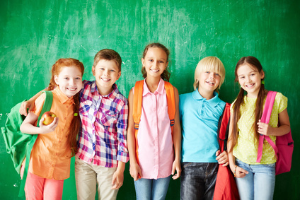 eine Gruppe junger Schüler, im Hintergrund eine Schultafel