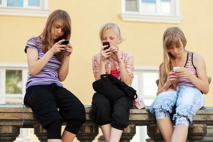 Schülerinnen mit Smartphones