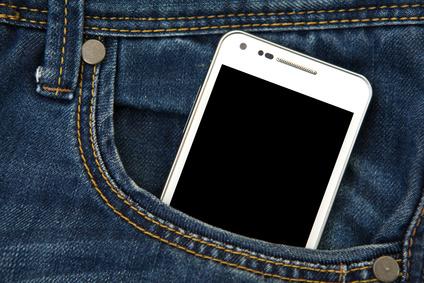 Smartphone in einer Hosentasche