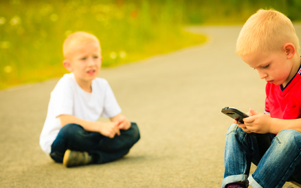 Smartphone lenkt Spielkameraden ab