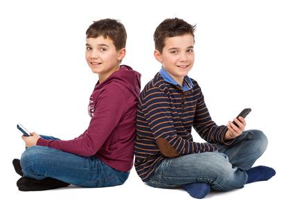 zwei Teenager mit Smartphones